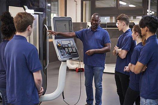Formateur Groupe Elydan montrant le fonctionnement d'une machine